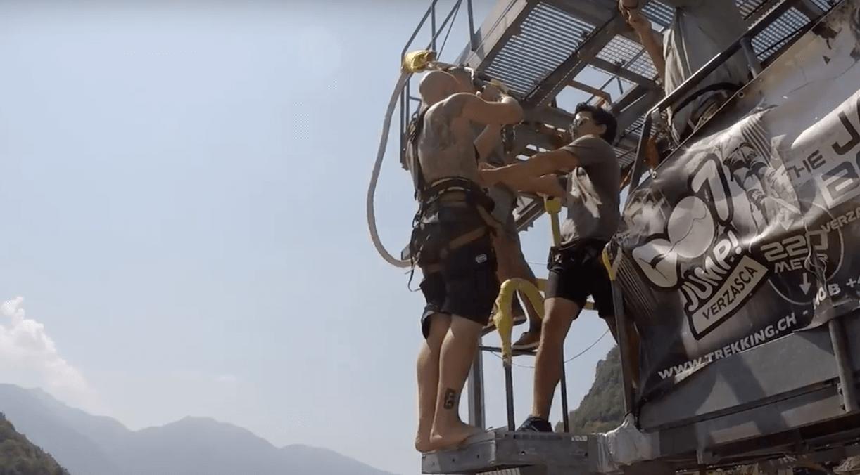 Ultimo Sprung von der Bungy Jump Anlage im Verzascatal | Trekking Team AG