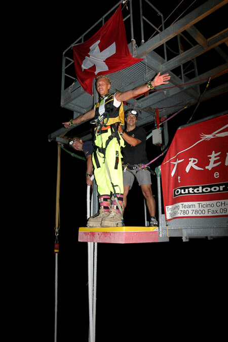 007 Nachtsprung - Bungy Jump in der Nacht von der Bungy Jump Anlage im Verzascatal | Trekking Team AG