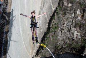 007 Rückwärts Sprung von der Bungy Jump Anlage im Verzascatal | Trekking Team AG