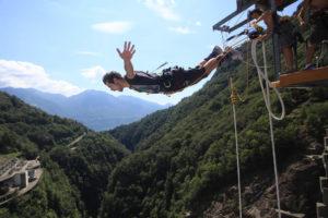 007 Klassik Sprung von der Bungy Jump Anlage im Verzascatal | Trekking Team AG