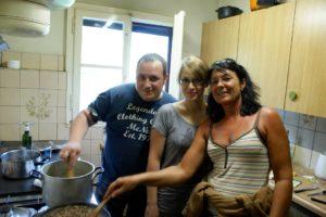 Gemeinsames Kochen im Suworow Berghaus | Trekking Team AG