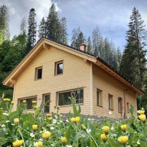 Berghaus Pragelblick im Frühling