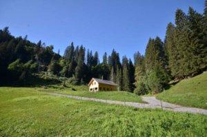 Berghaus Pragelblick in idyllischer Landschaft