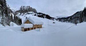Berghaus Pragelblick versinkt im Schnee